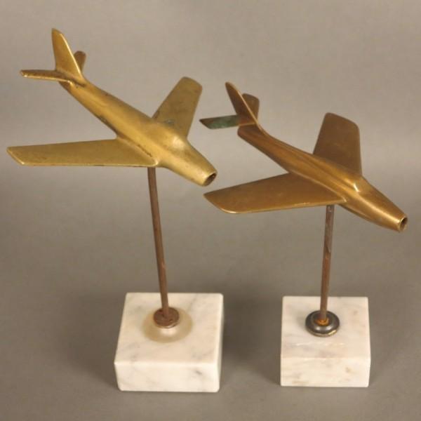 Zwei Messing Flugzeuge auf...