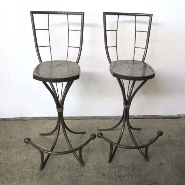 Zwei Metallstühle im...