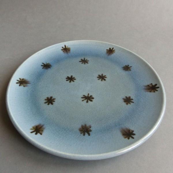 Blauer Keramik Teller der...