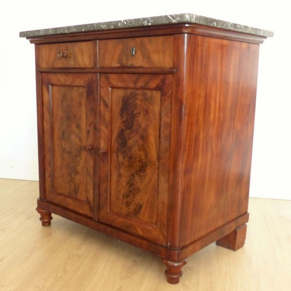 Antique chest of drawers...
